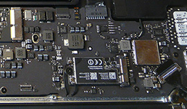 closeup van een logic board in een macbook air A1466